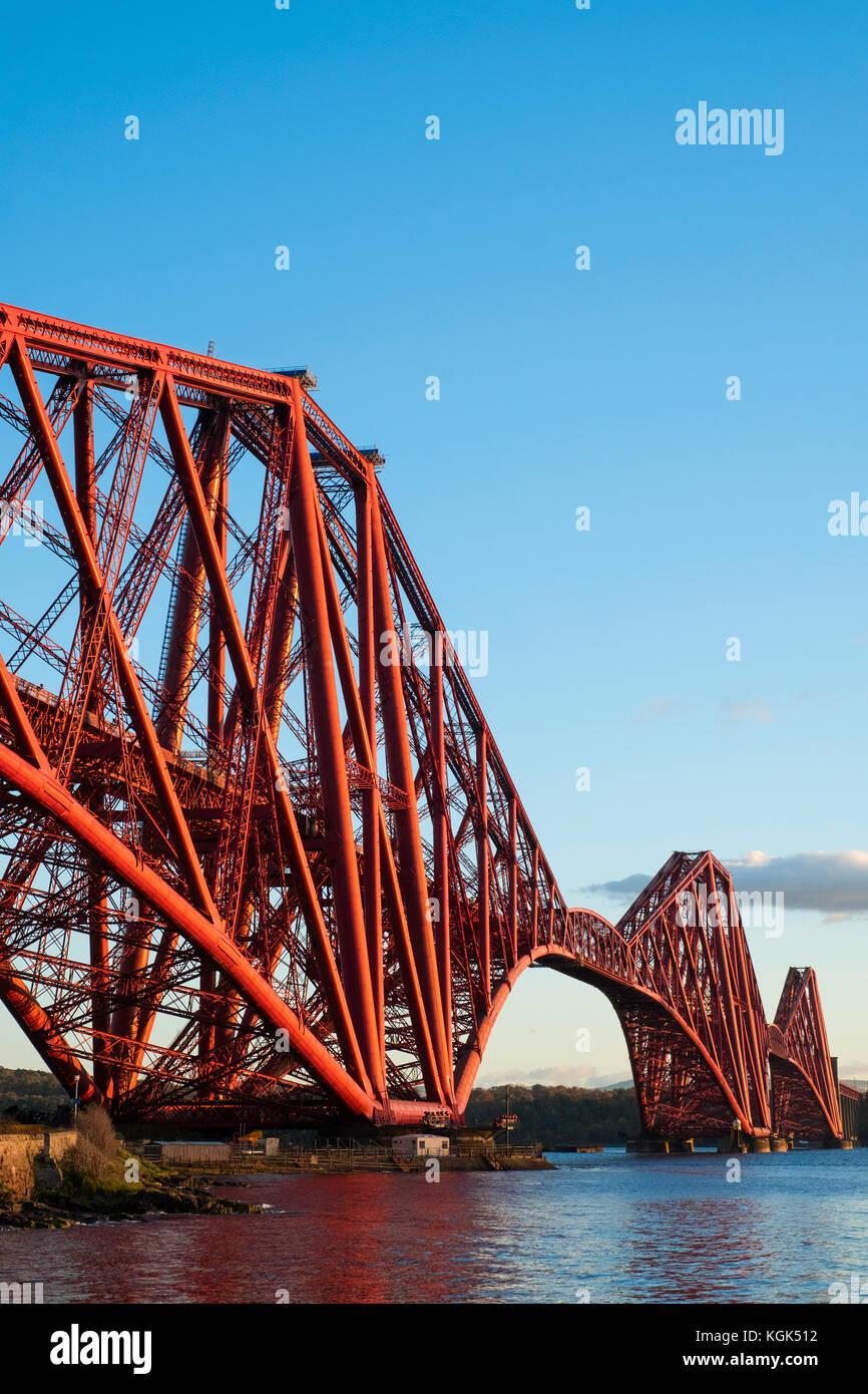 Blick auf die berühmte Forth Rail Bridge überspannt die Firth-of-Forth zwischen Fife und West Lothian, Stockbild
