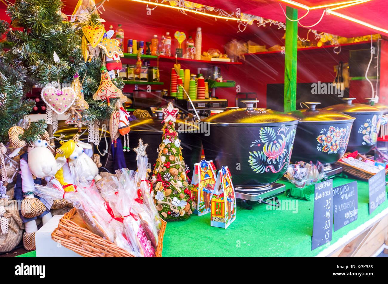 Kiew, Ukraine - Januar 4, 2017: Der Glühwein ist das beliebteste Getränk in der Weihnachtsmarkt am 4. Januar in Stockfoto