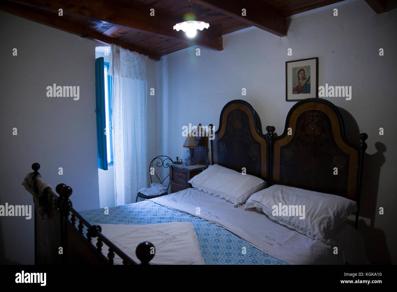 Das Schlafzimmer in einem alten Landhaus in der Ortschaft bortigali ...