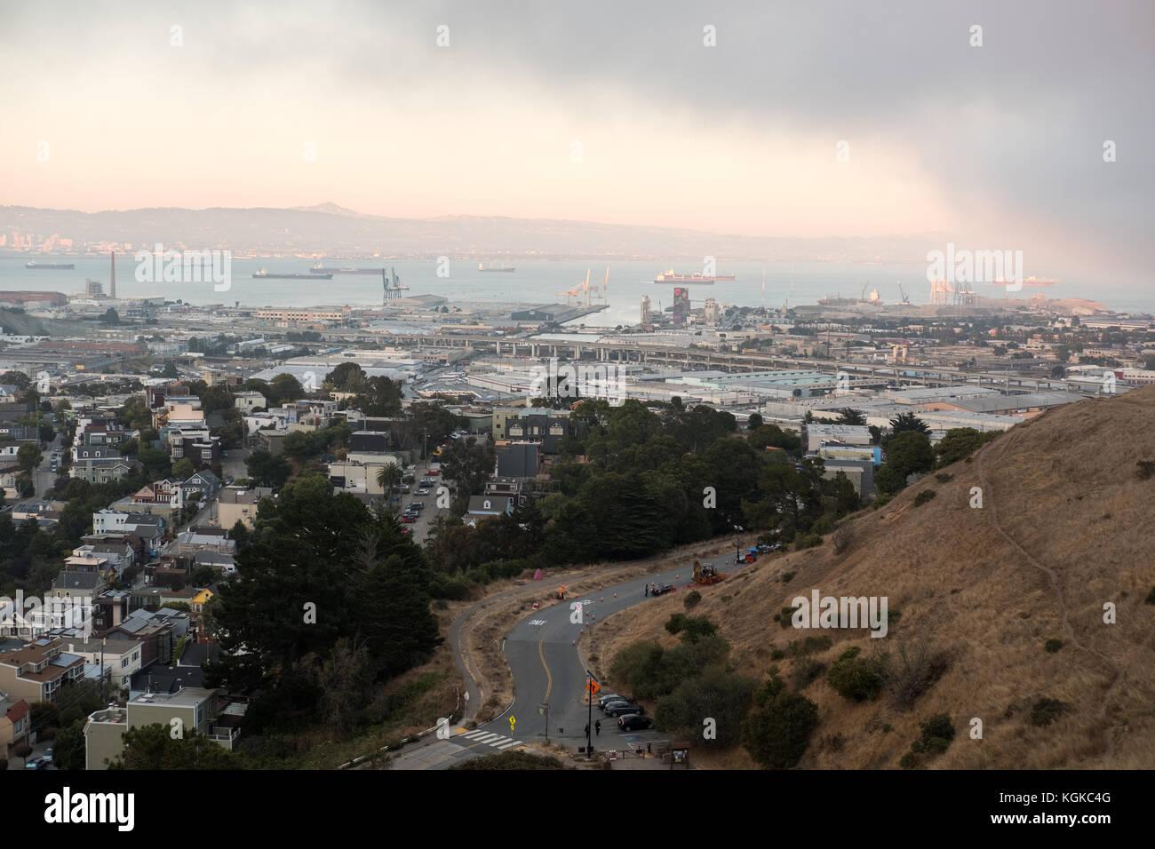 Nebel rollt über Downtown San Francisco von Bernal Heights gesehen. Stockbild