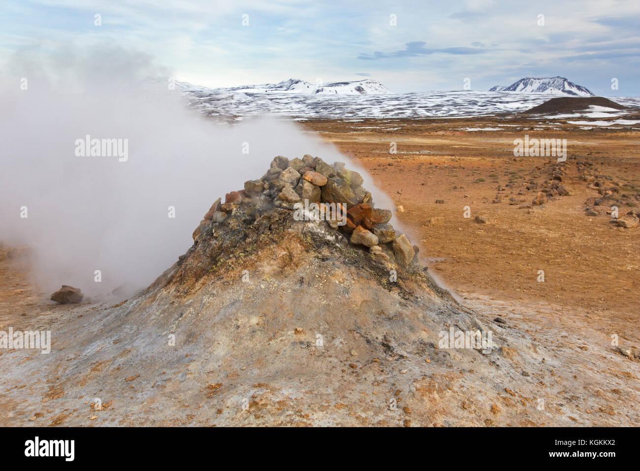 Dampfende fumarole an hverir, geothermale Region Norðurland Eystra in der Nähe námafjall,/nordurland Stockbild