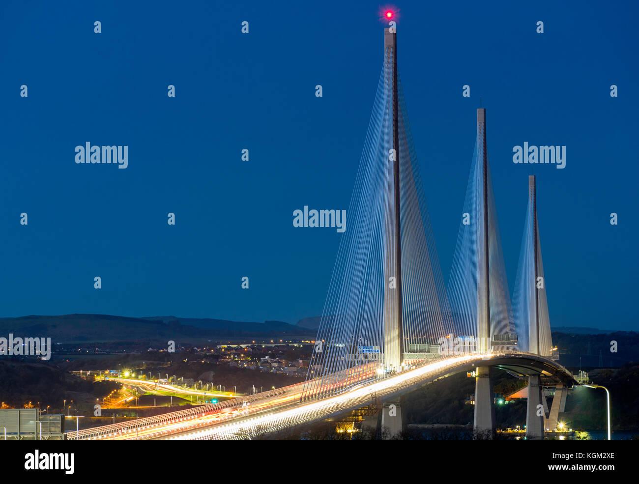Ansicht der neuen Queensferry crossing Bridge bei Nacht über die Firth-of-Forth zwischen West Lothian und Fife in Stockfoto