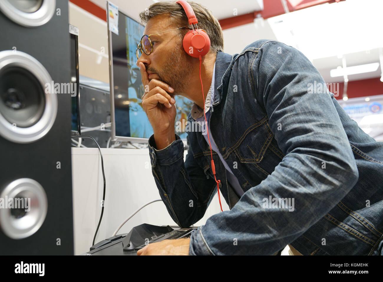 Mann in multimedia Speichern von Musik über Kopfhörer Stockbild