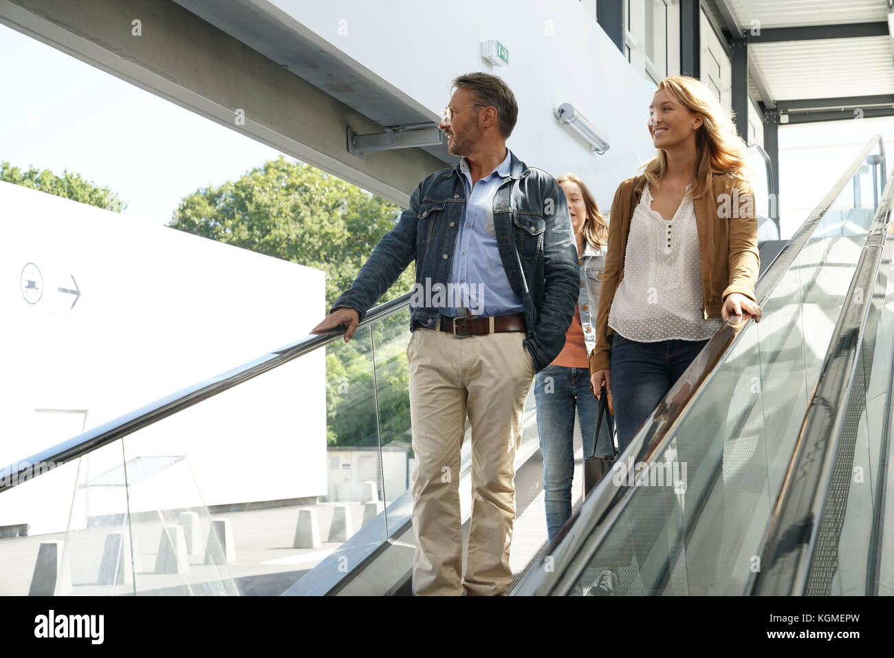 Familie, Rolltreppe der Shopping Mall Stockbild