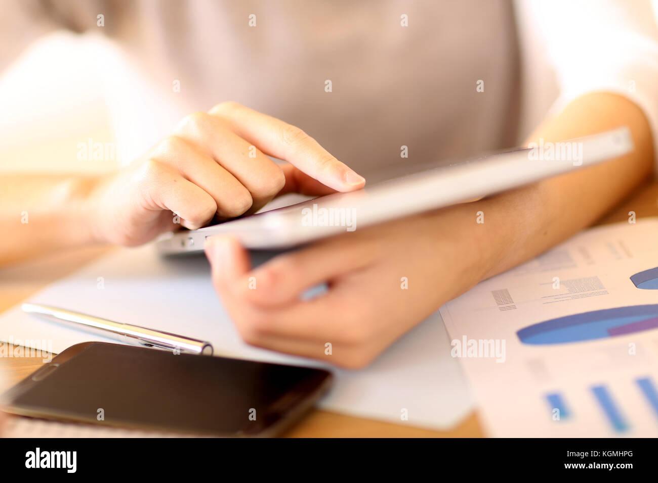 Menschen im Büro mit digitalen Tablet Stockbild