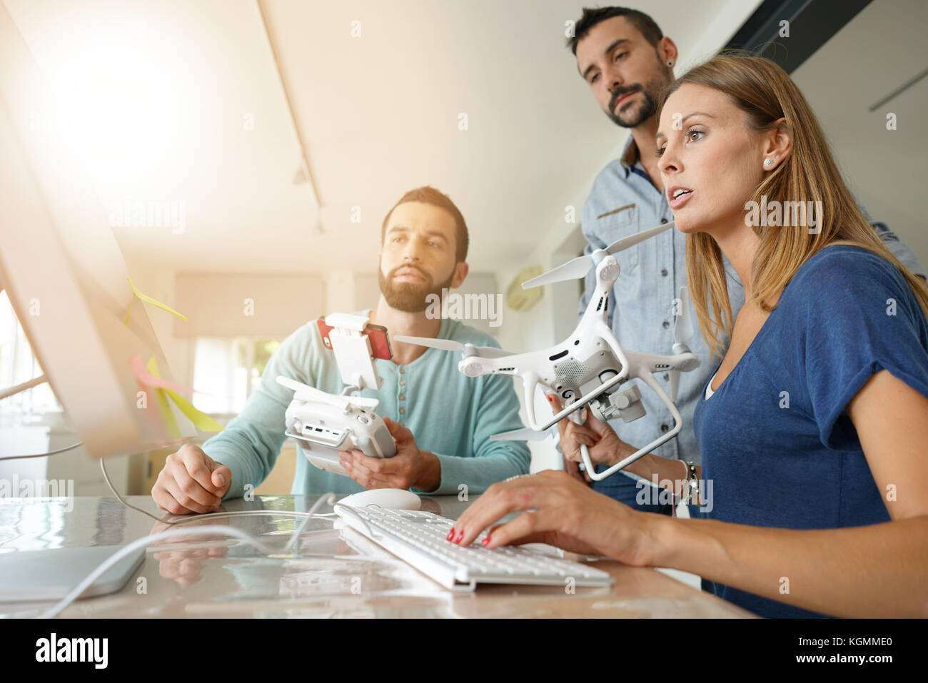 Start Menschen im Büro arbeiten an drone Technologie Stockbild