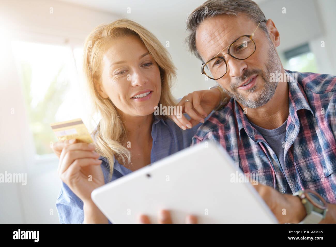 Reifes Paar kaufen im Internet, online shopping Stockbild