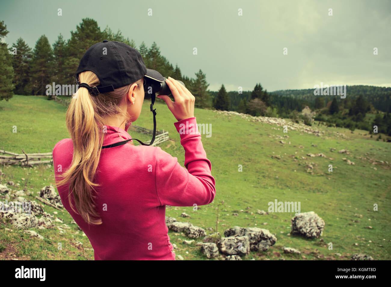 Wanderer auf der suche durch ein fernglas stockfoto bild