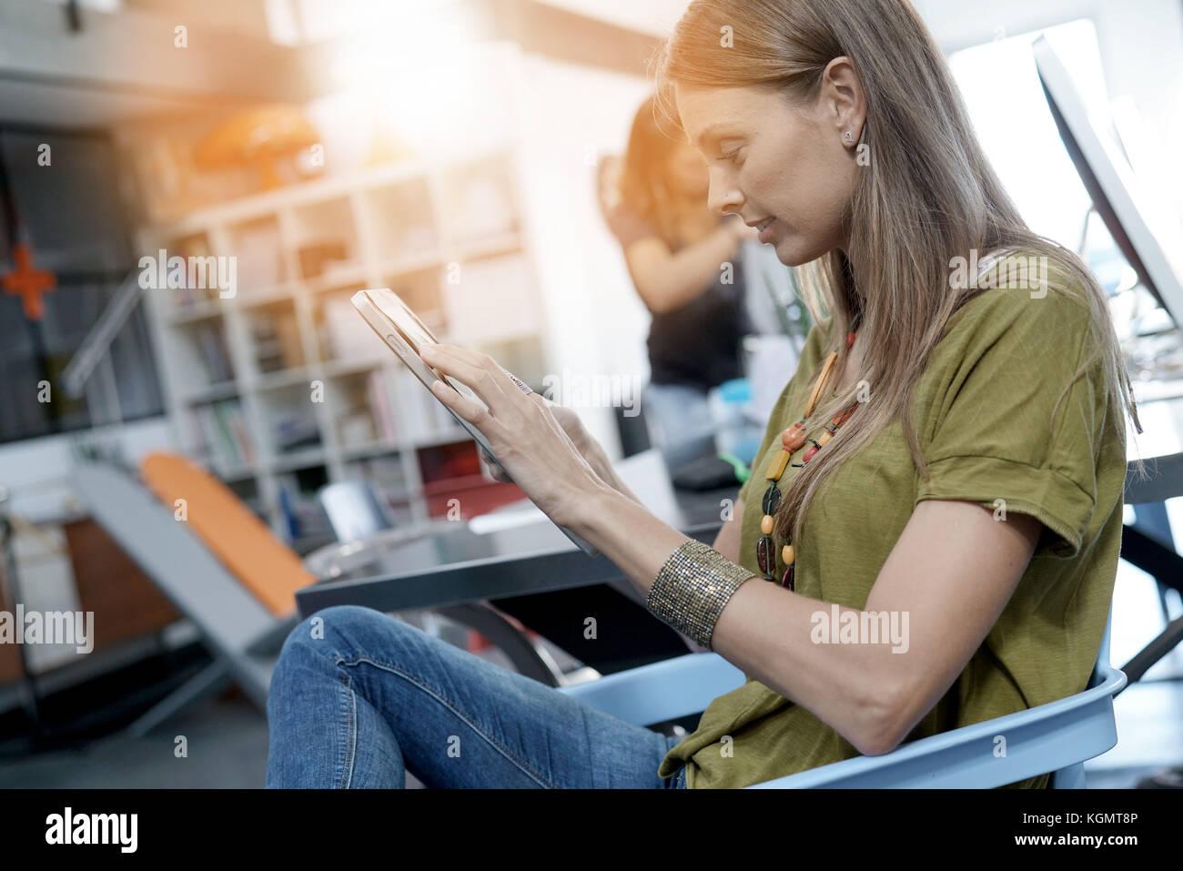 Frau im Amt arbeiten an digitalen Tablet Stockbild
