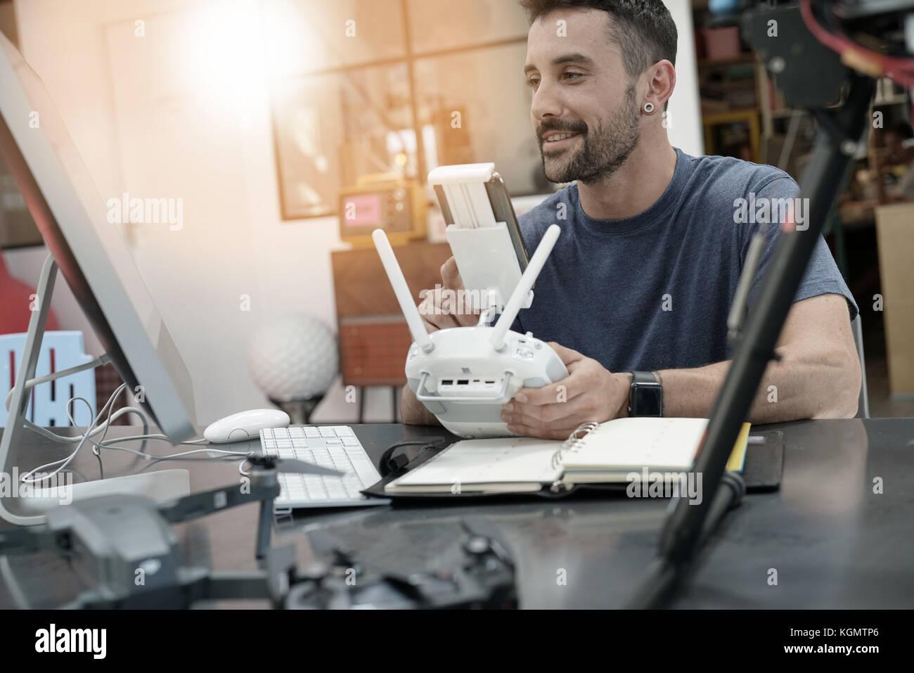 Engineer, der an Drone im Labor Stockbild
