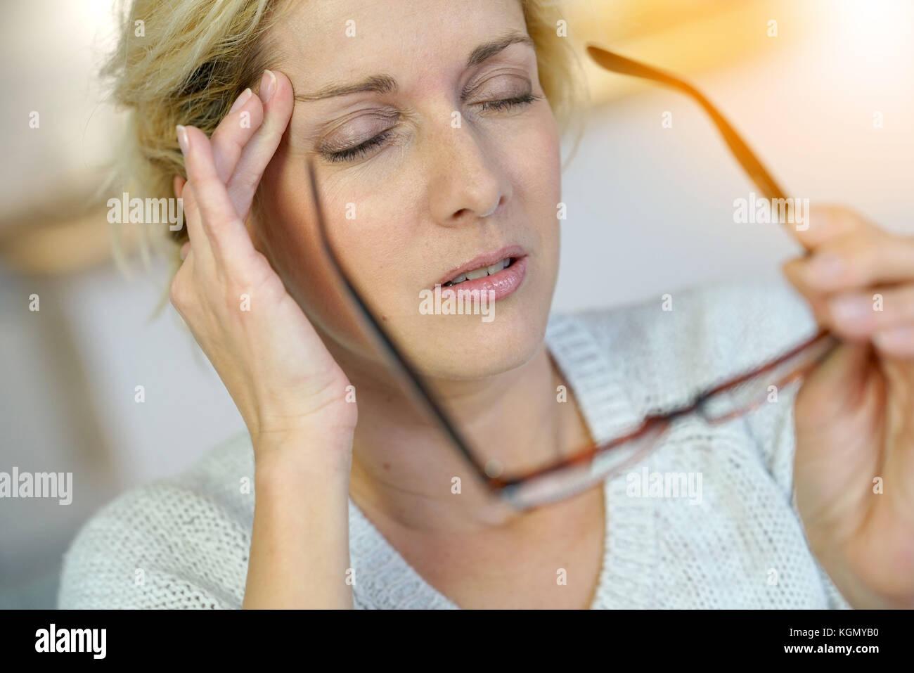 Portrait von mittlerem Alter blonde Frau mit Migräne Stockbild