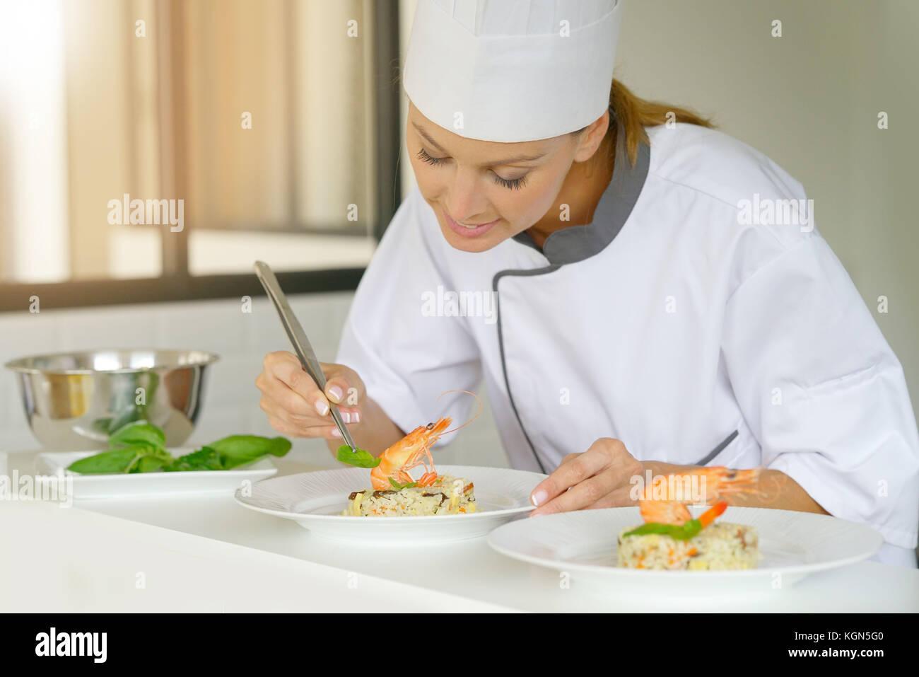 Der Küchenchef bereitet Gericht in professionellen Küche Stockbild