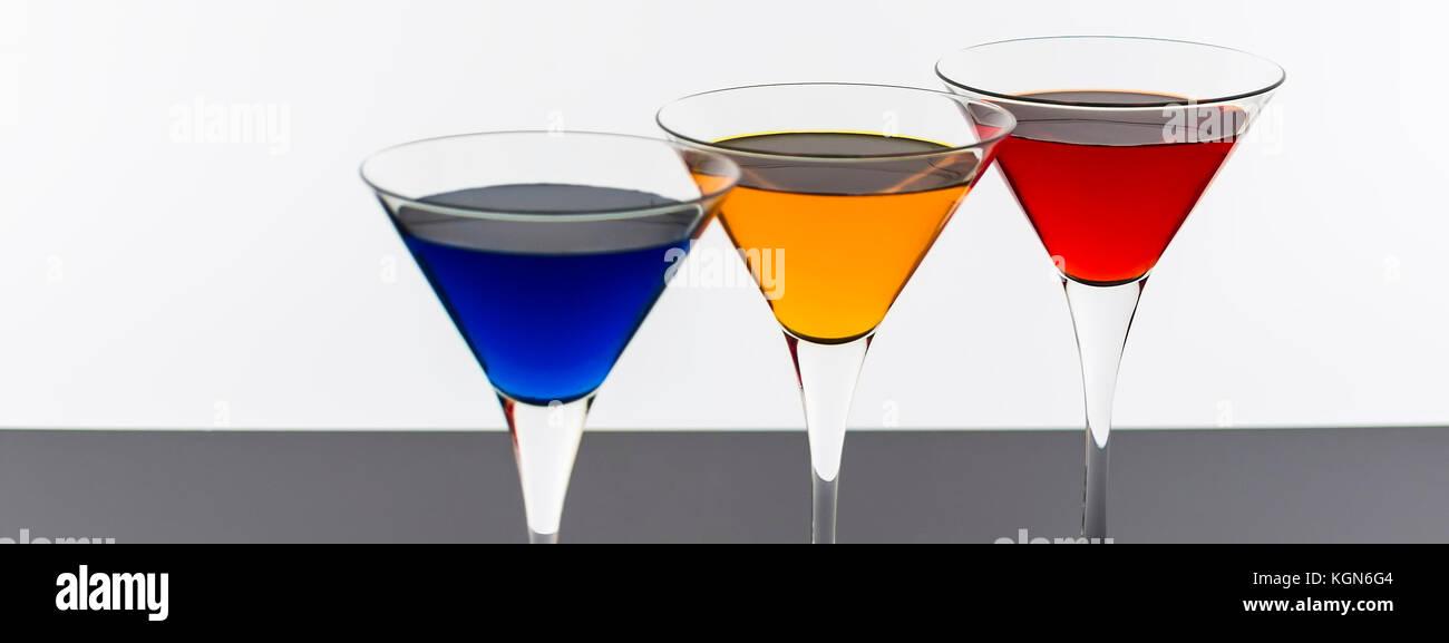 Farbenfrohe Cocktails in Martini Gläser Hintergrund. bar Werbung Konzept. Stockbild