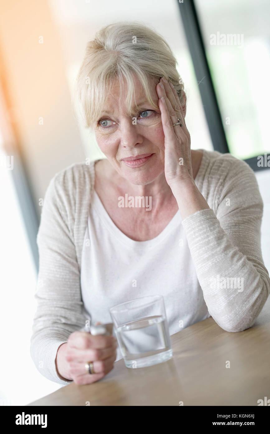 Ältere Frau mit Migräne Stockbild