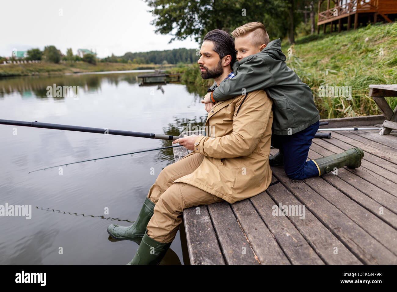 Vater und Sohn mit Ruten Angeln Stockbild