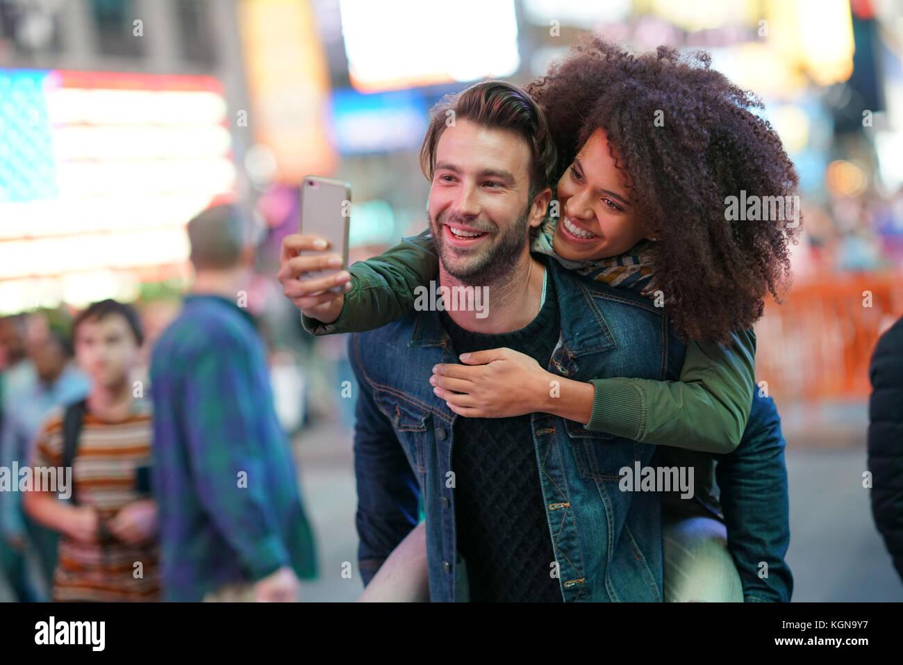 Paar am Times Square nehmen selfie Bild Stockbild