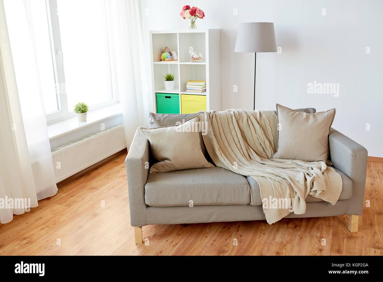 Sofa mit Kissen gemütlich zu Hause Wohnzimmer Stockfoto, Bild ...