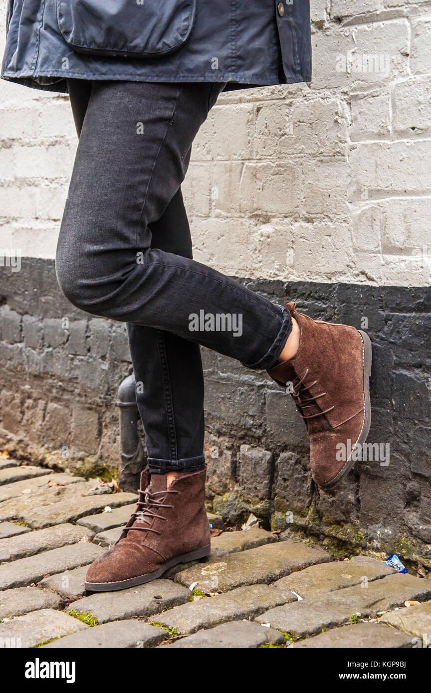 2019 original hochwertige Materialien farblich passend Modell Beine tragen der festen schwarzen engen Hose und ...