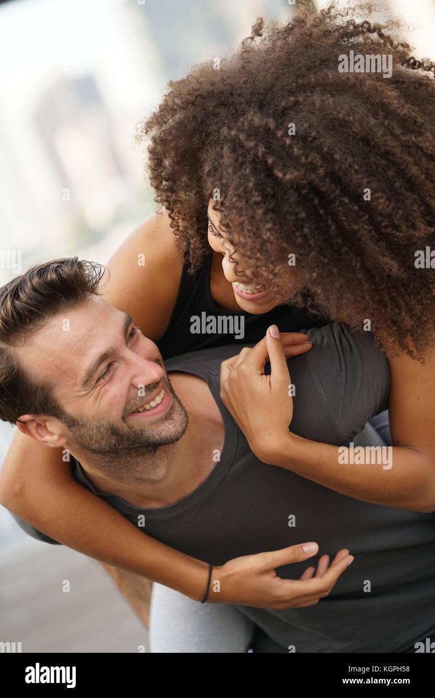Mann, piggyback Ride zu Freundin Stockbild