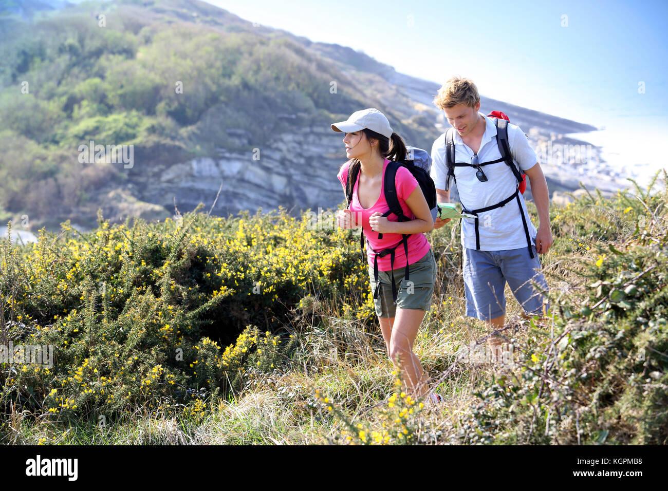 Paar Wanderer im Feld Land am Meer Stockbild