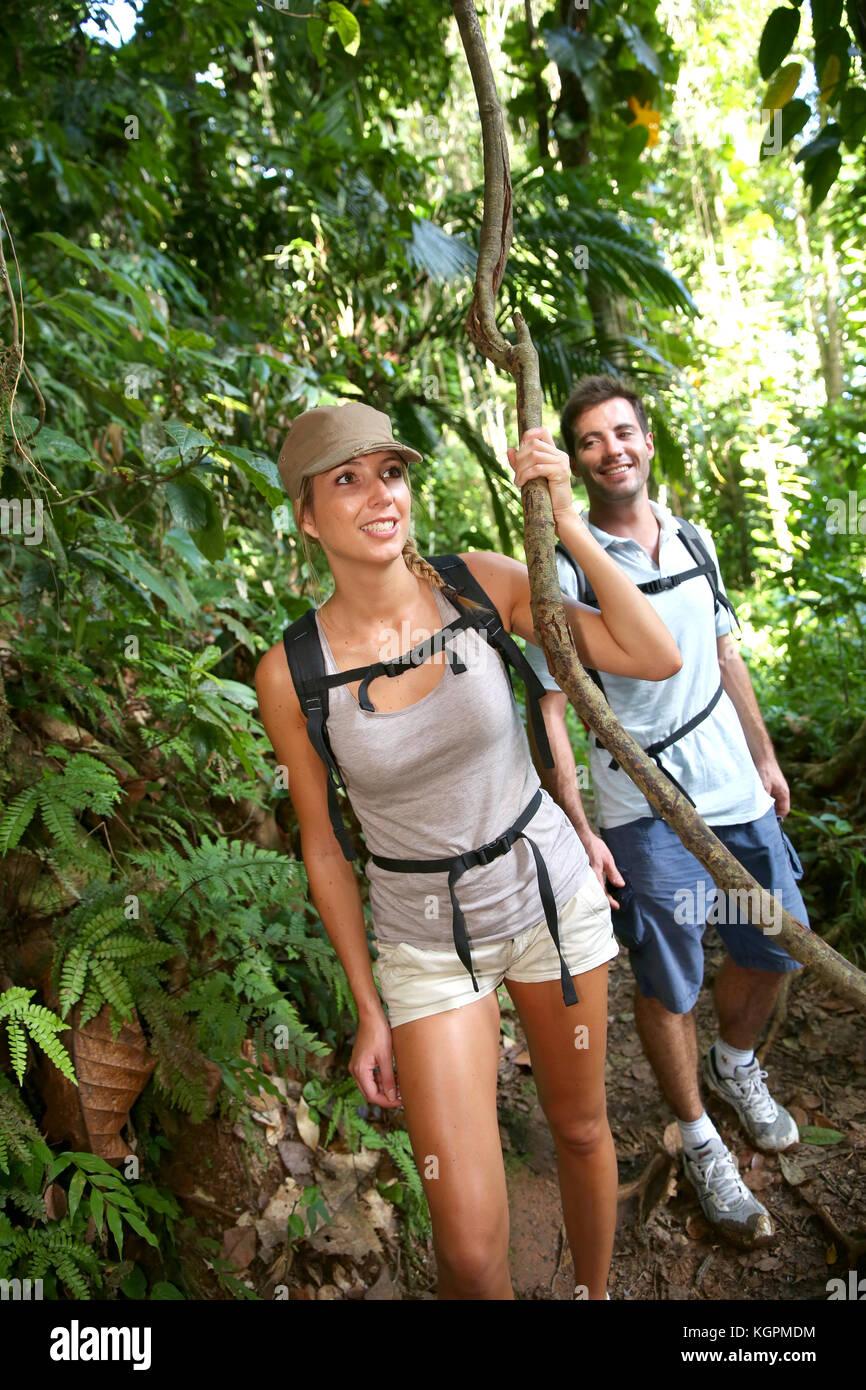 Paar auf einem Trekking Tag im tropischen Regenwald Stockbild