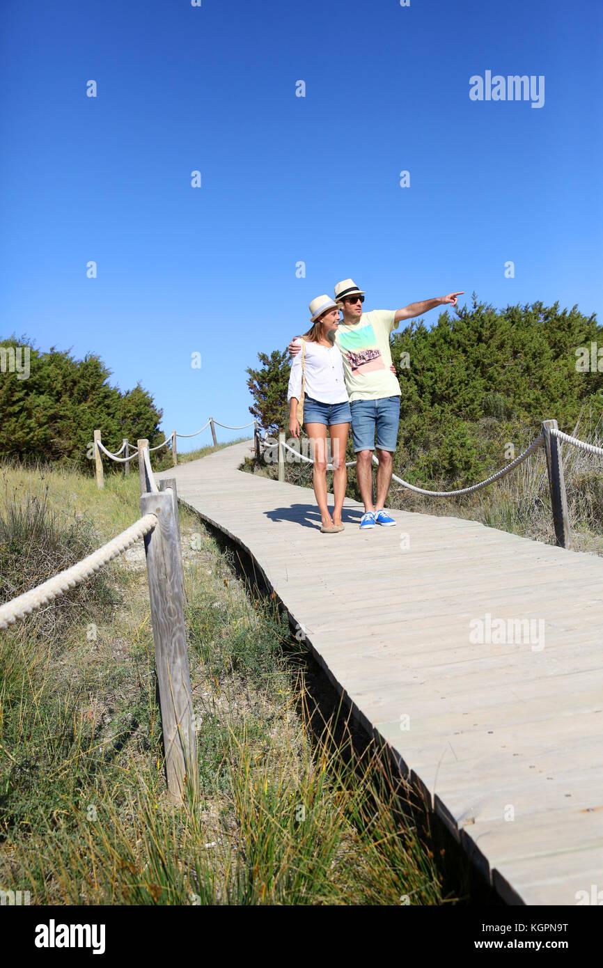 Paar Wandern auf Dünen Ponton aus Holz Stockfoto