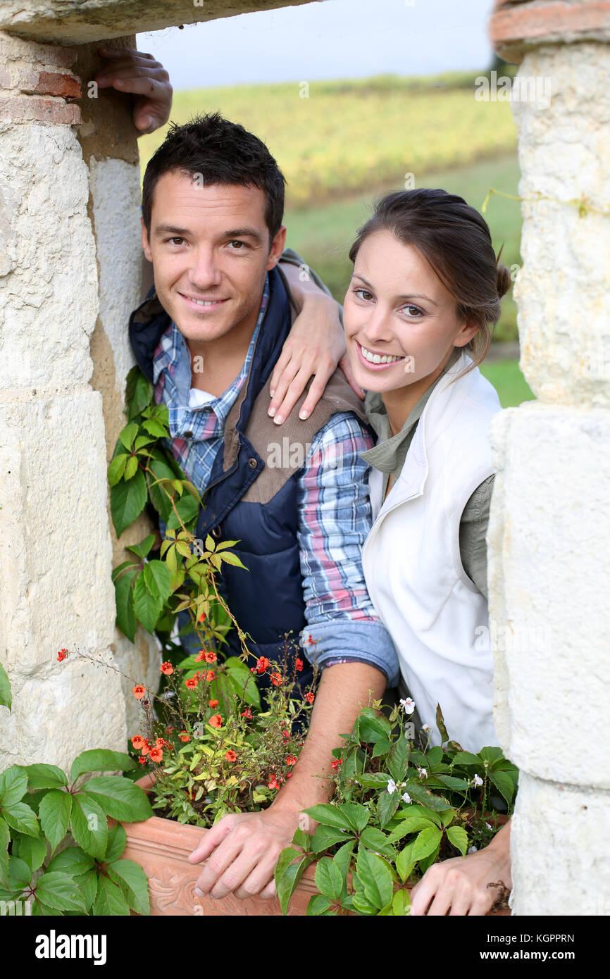 Junges Paar Auswahl ländlichen Lebensstil Stockbild