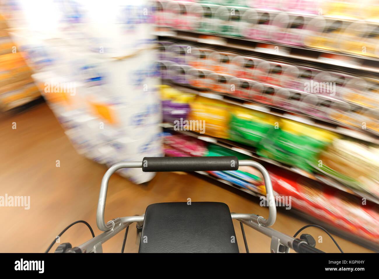 Erste Person Blick auf Menschen mit Behinderung, die orientierungslos ist ein Einkaufszentrum Gang hinunter. Stockbild