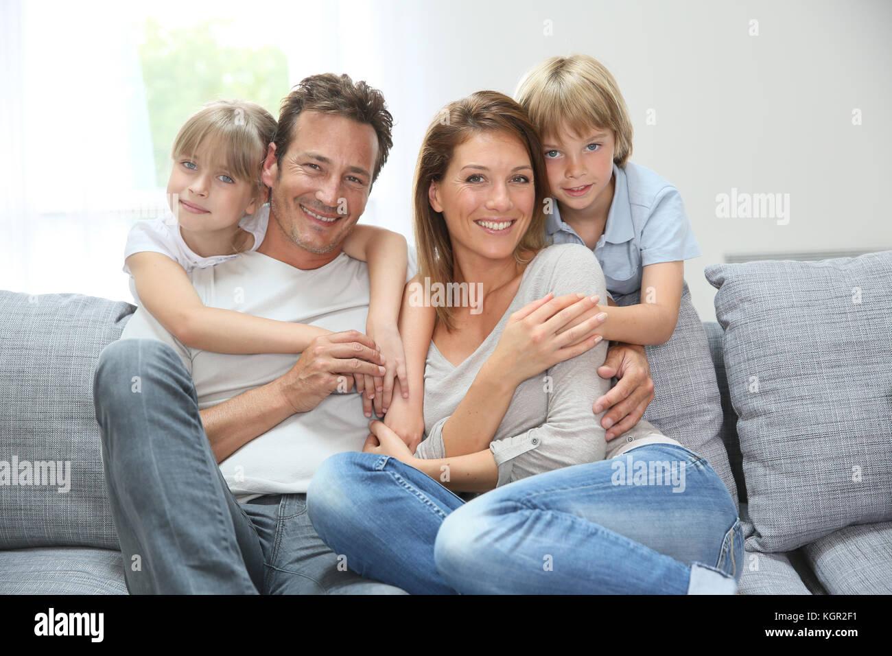 Glückliche Familie entspannt auf der Couch zu Hause Stockfoto