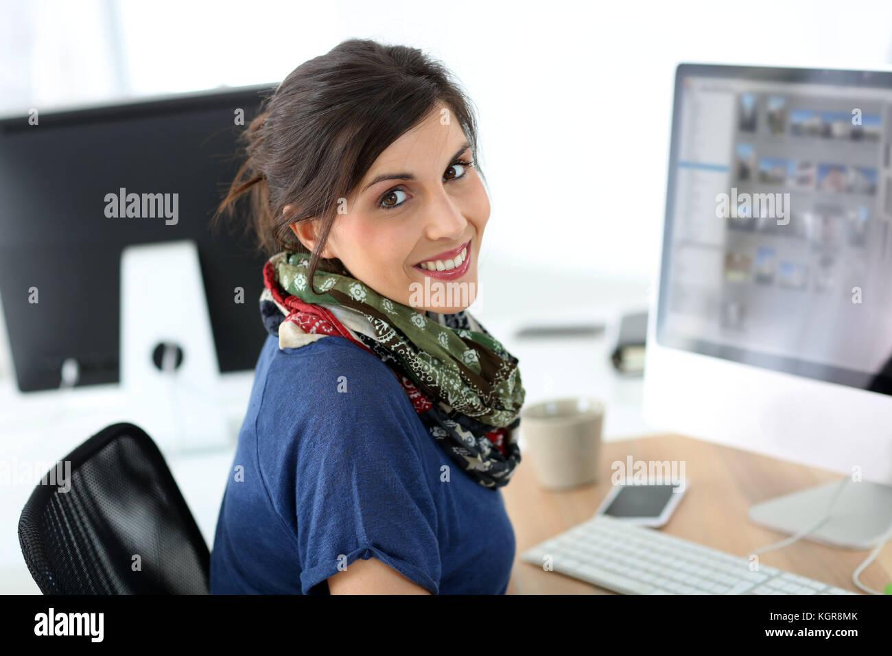Smiling brunette Mädchen in der Ausbildung Klasse Stockbild
