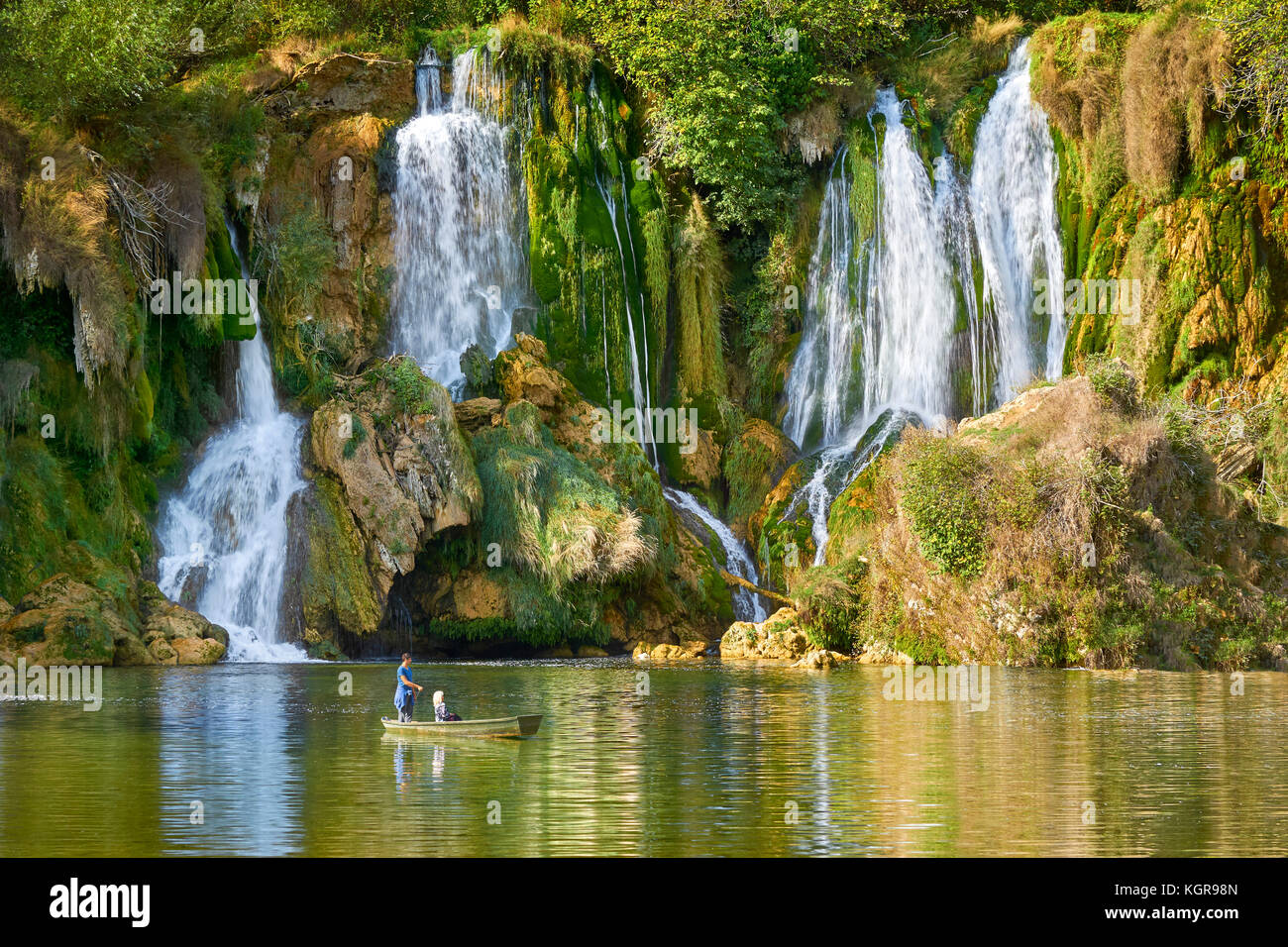 Touristen auf dem Boot, Kravica Wasserfälle, Bosnien und Herzegowina Stockbild