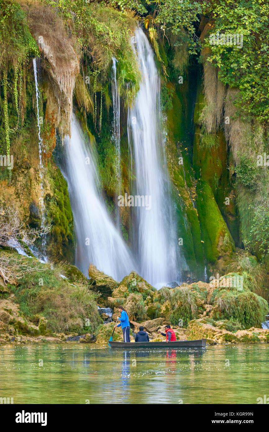 Touristen auf dem Boot, Kravice Wasserfällen, Bosnien und Herzegowina Stockbild