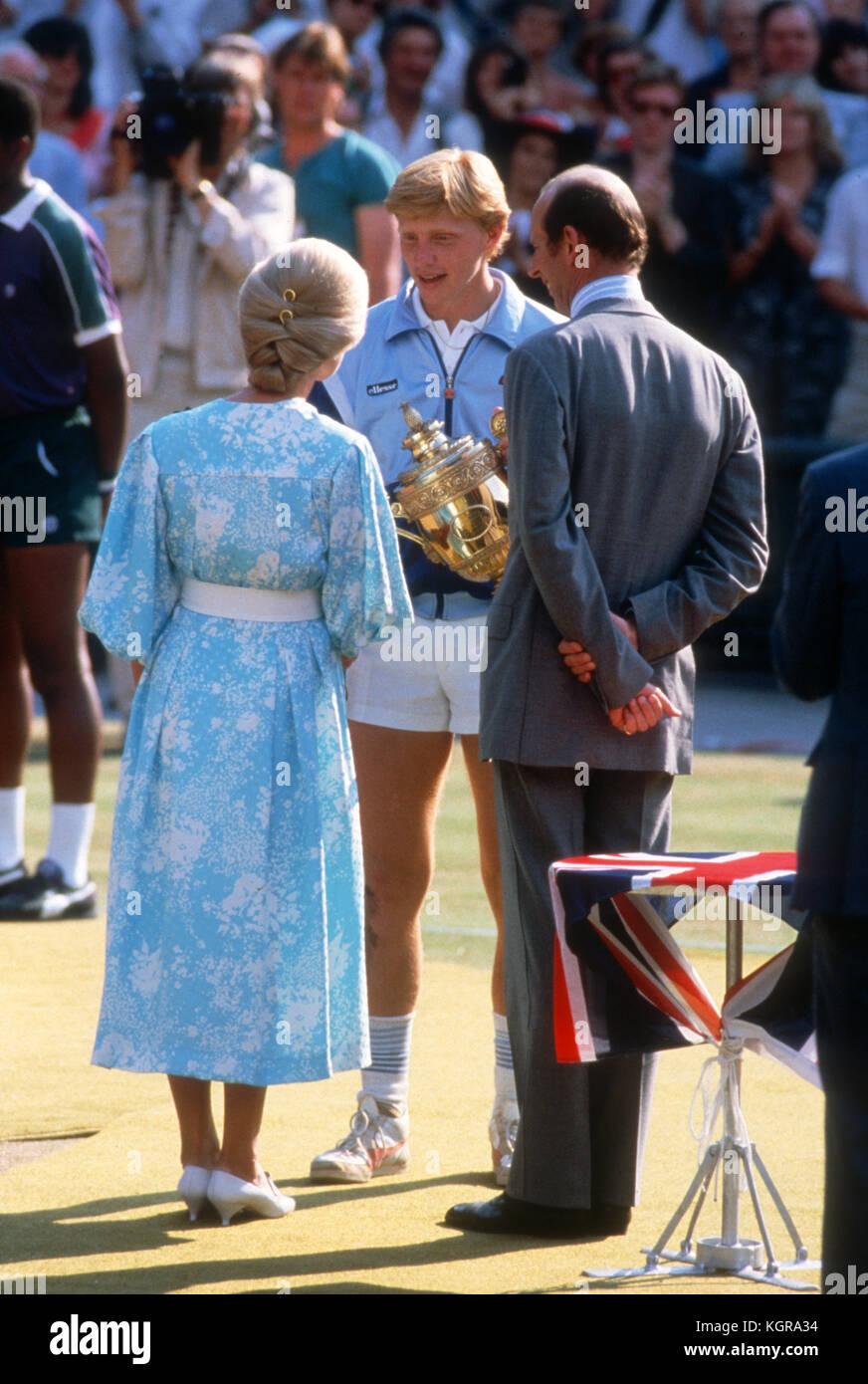 Boris Becker gratulierte der Herzog und die Herzogin von Kent nach seinem Sieg 1985 in Wimbledon. Stockbild