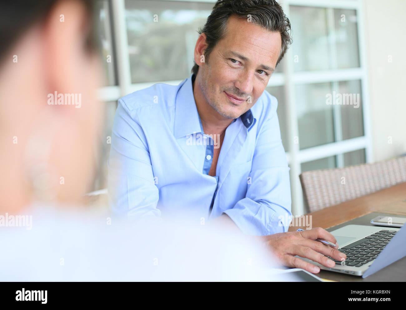 Unternehmer treffen Client im Büro Stockbild