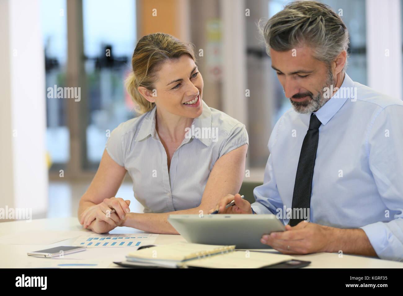Business Team arbeiten im Büro mit Tablet Stockbild