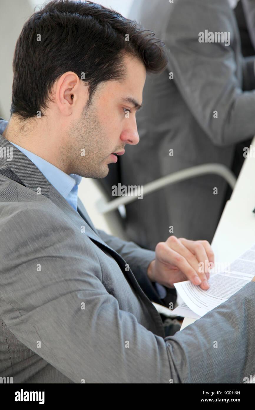 Junger Mann ausfüllen Antragsformular Stockbild