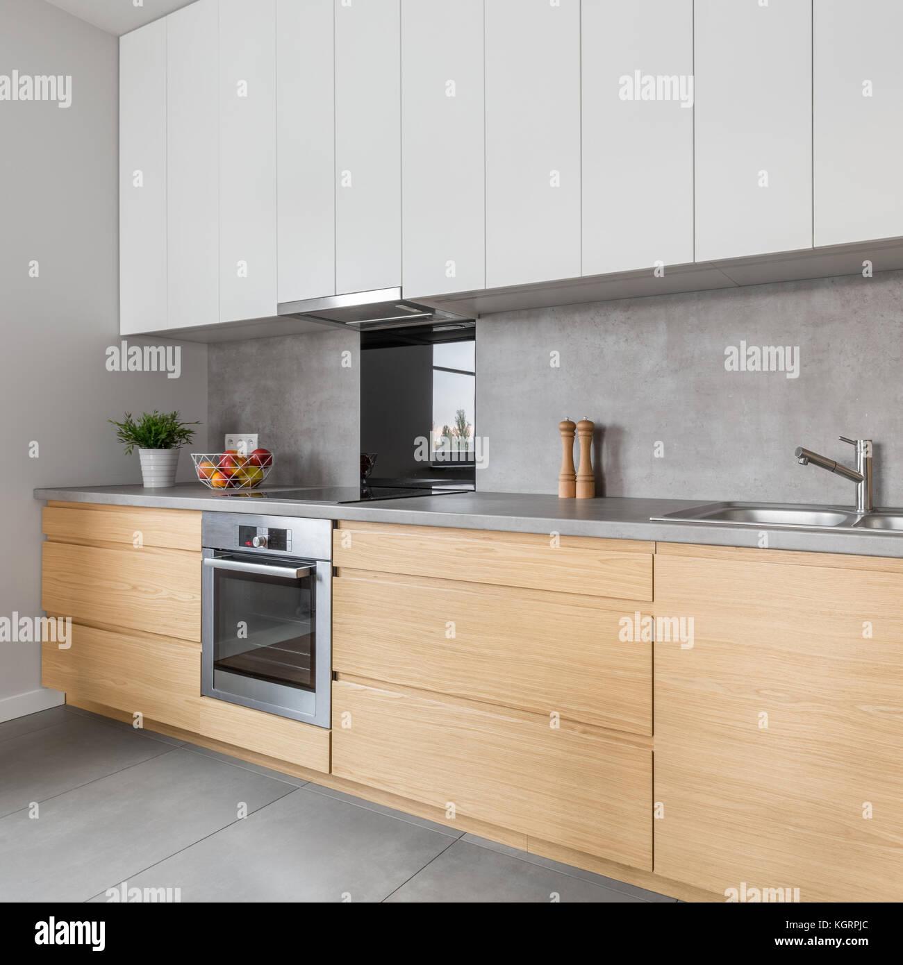 Zwei farbige Küchen Arbeitsplatte mit Beton und Stahl Geräte ...