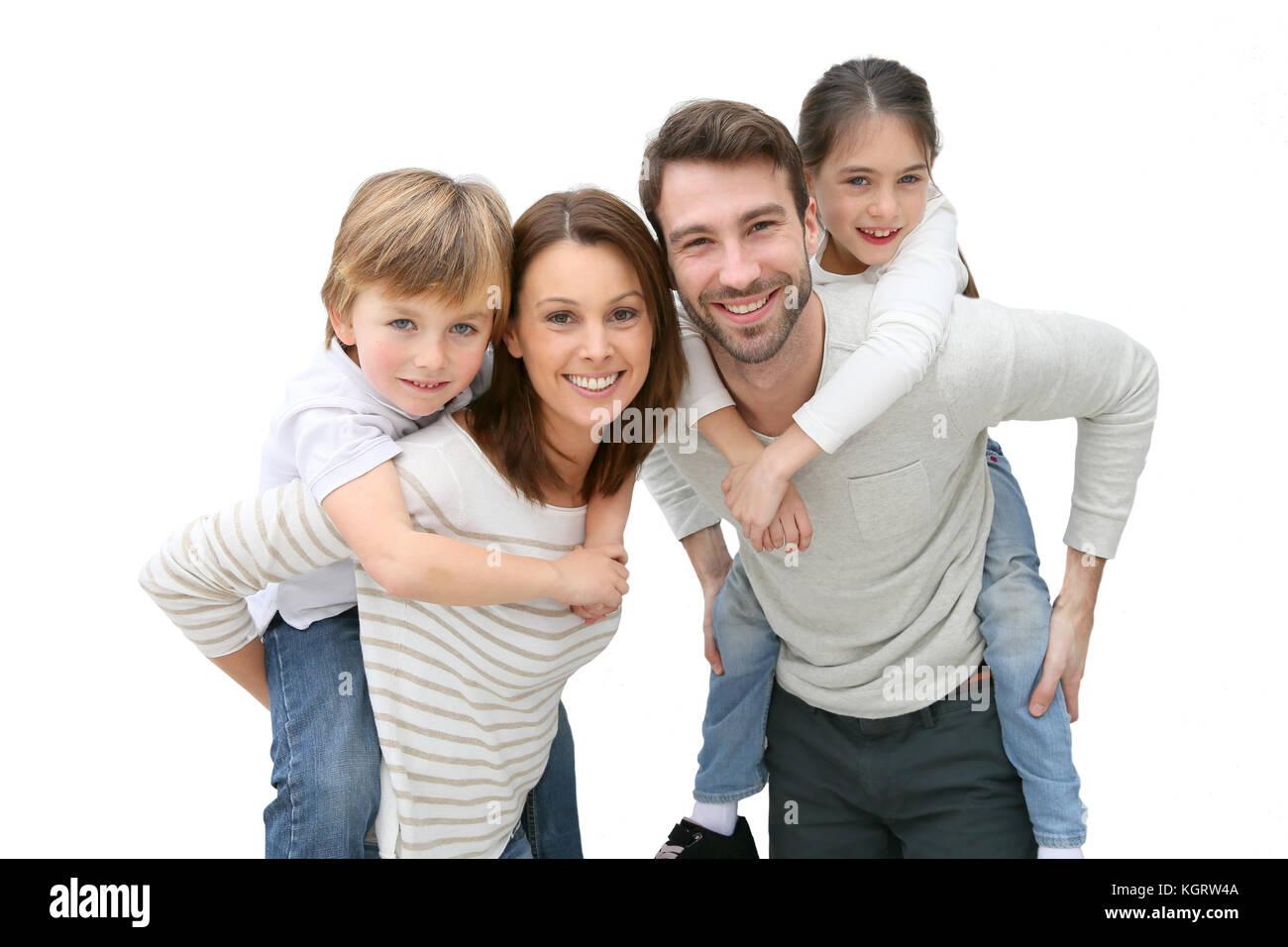 Junge Eltern geben piggyback Ride für Kinder Stockbild