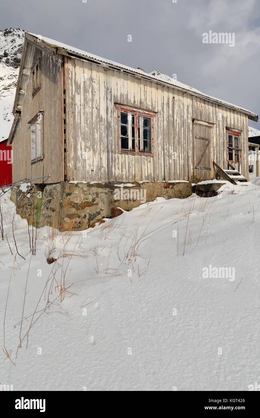 Schnee bedeckt völlig ruiniert - verlassen - Farbe verblasst ...
