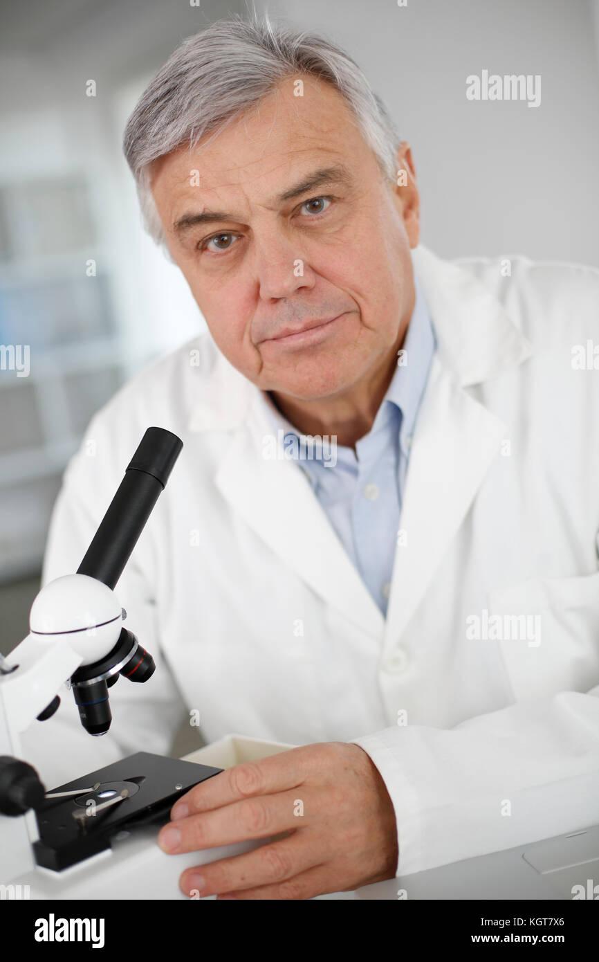 Portrait von leitenden Arzt in der Biologie im Labor Stockbild