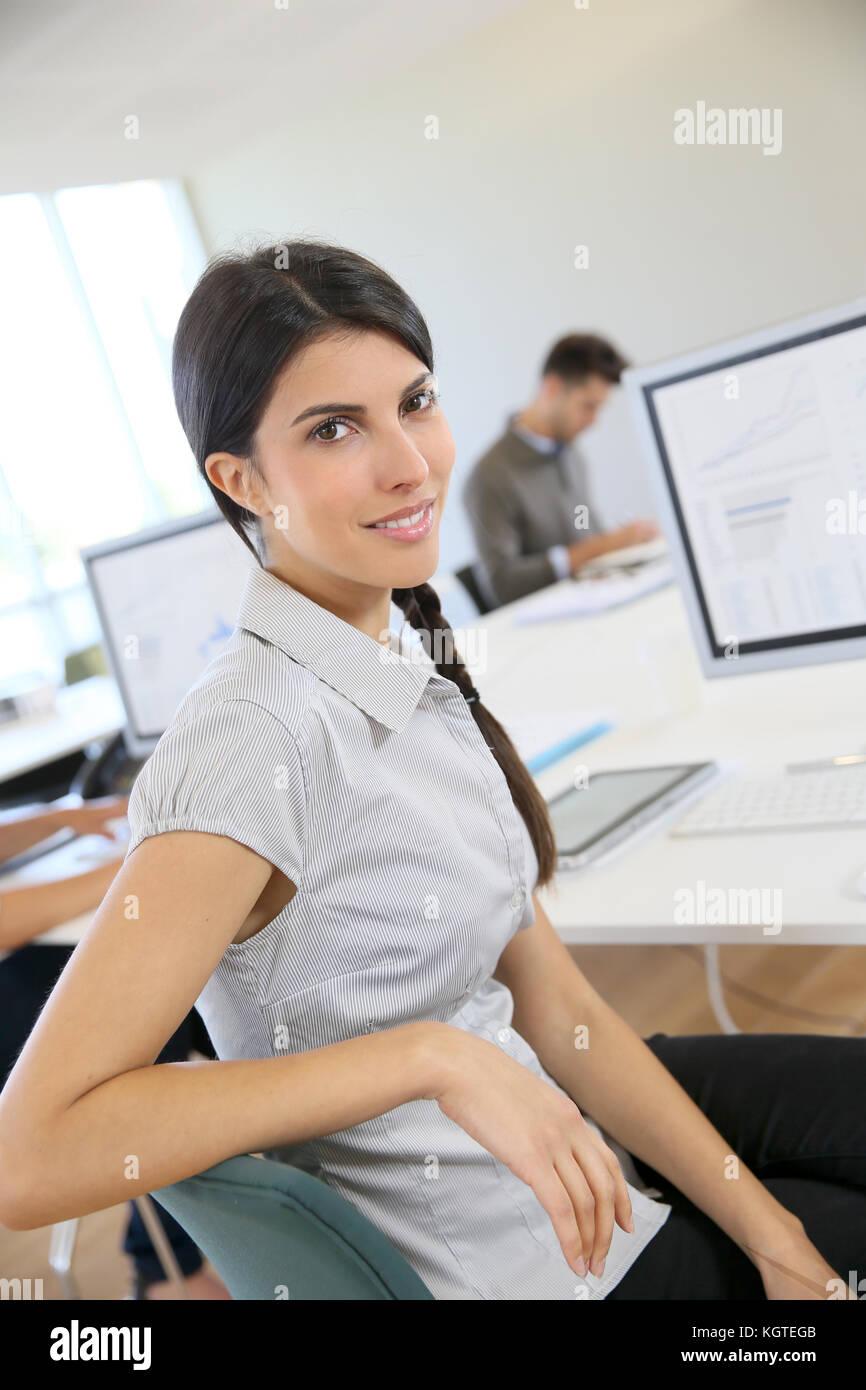 Portrait der Junge brünette Frau arbeiten im Büro Stockbild