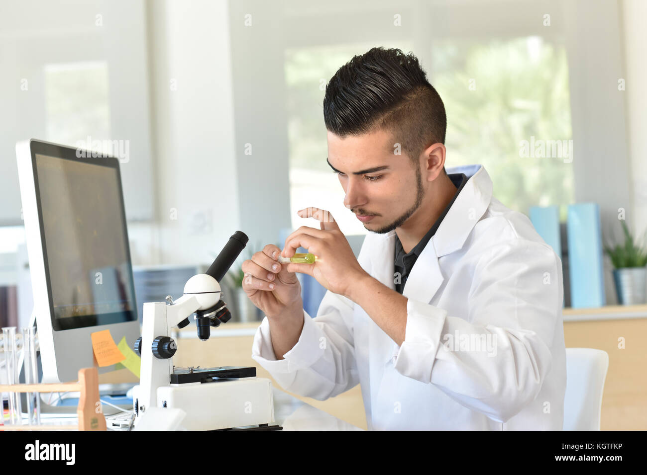 Biology class experiment stockfotos & biology class experiment