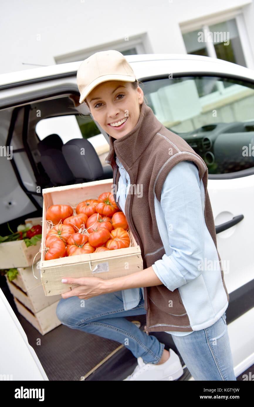 Freundliche Landwirt liefern frisches Gemüse Stockfoto