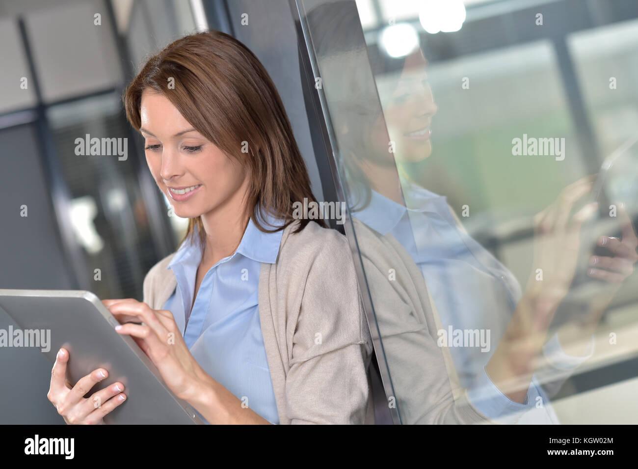 Geschäftsfrau surfen auf digitalen Tablet Stockbild