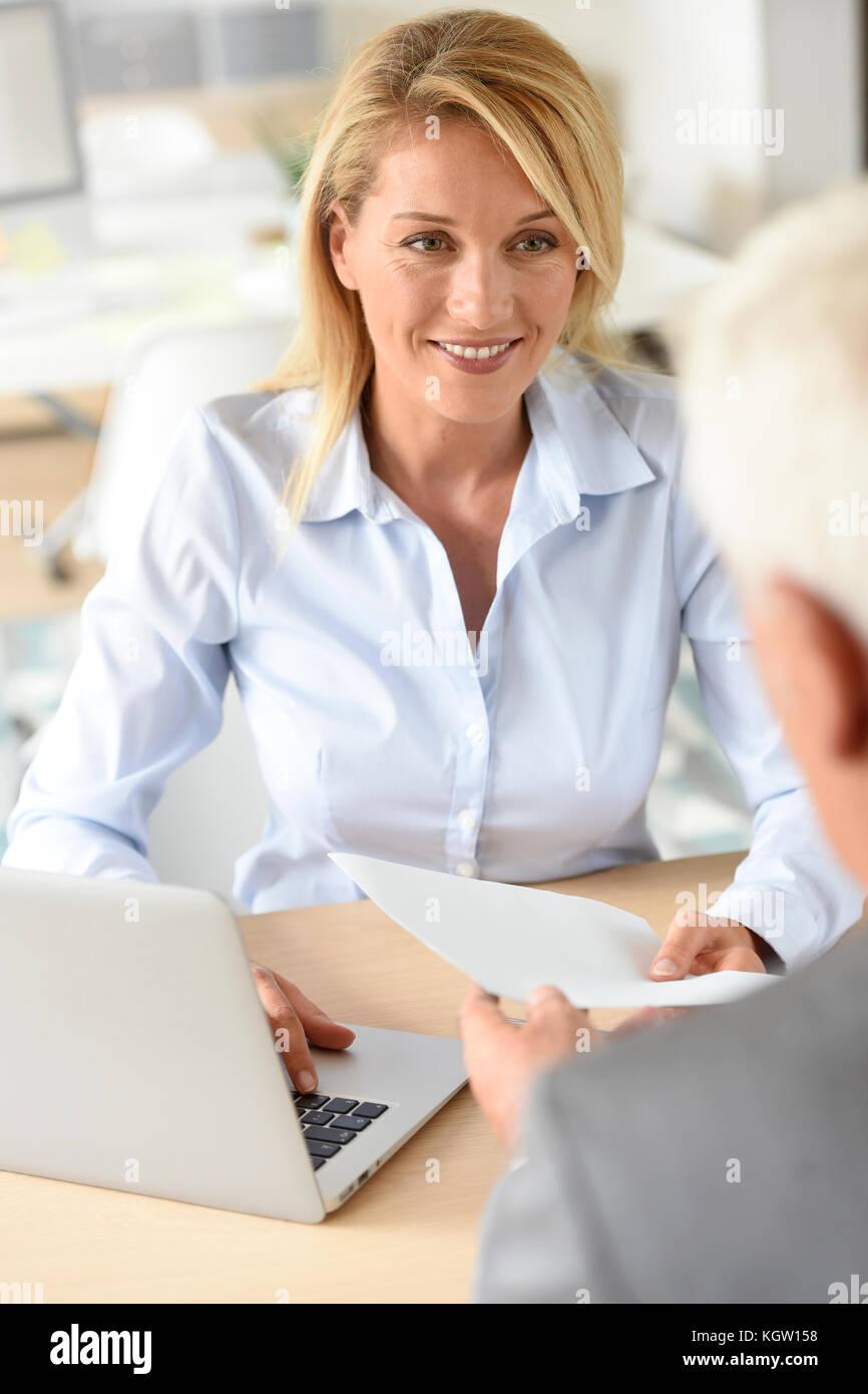 Human Resources Manager empfangen Kandidat für den Job Stockbild