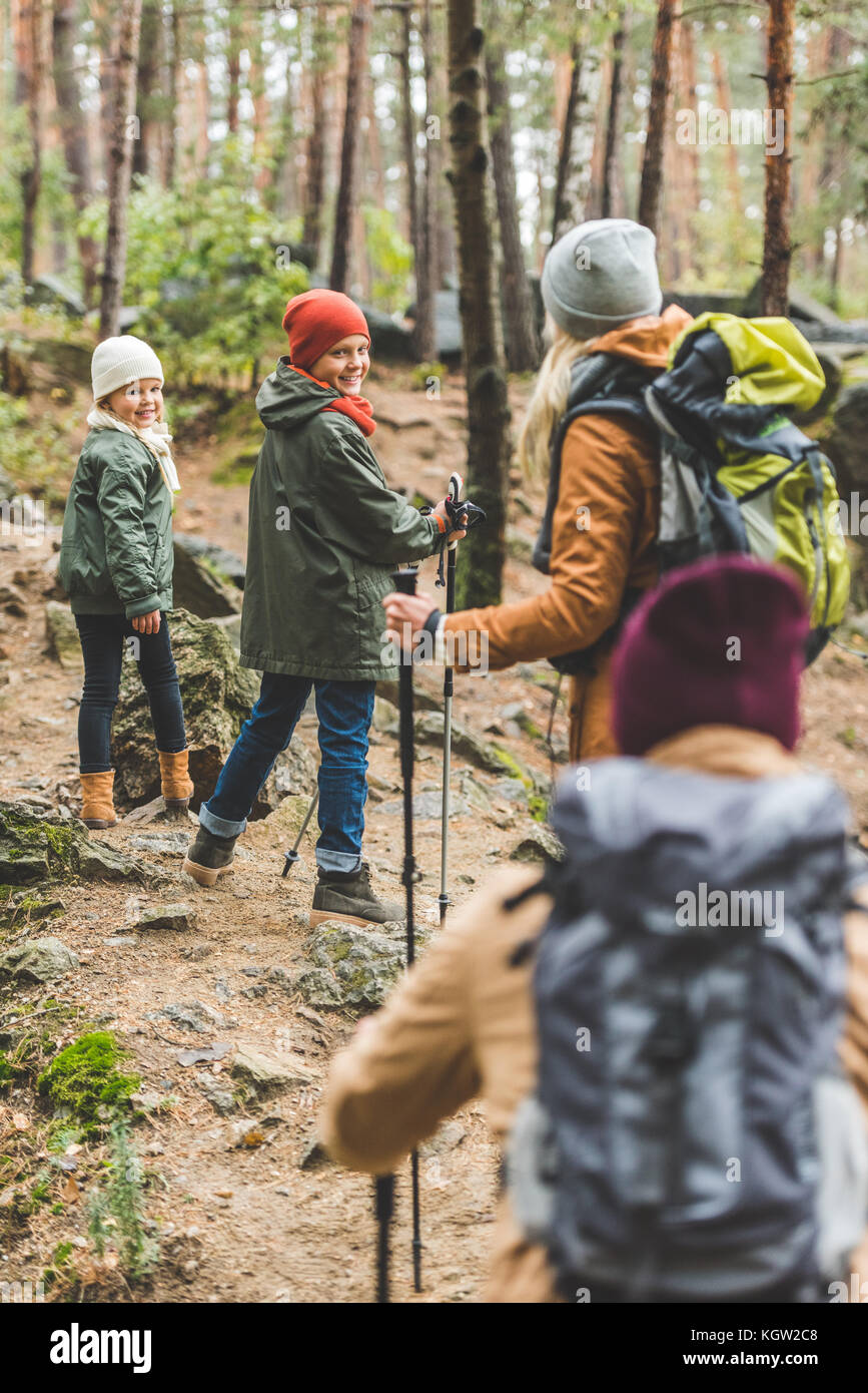 Eltern und Kinder Trekking im Wald Stockfoto