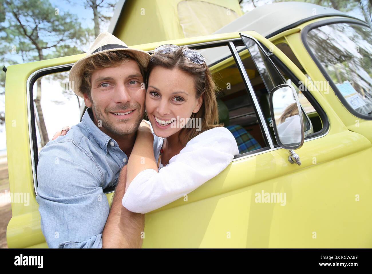 Paar stehend von Vintage camper Fenster Stockbild