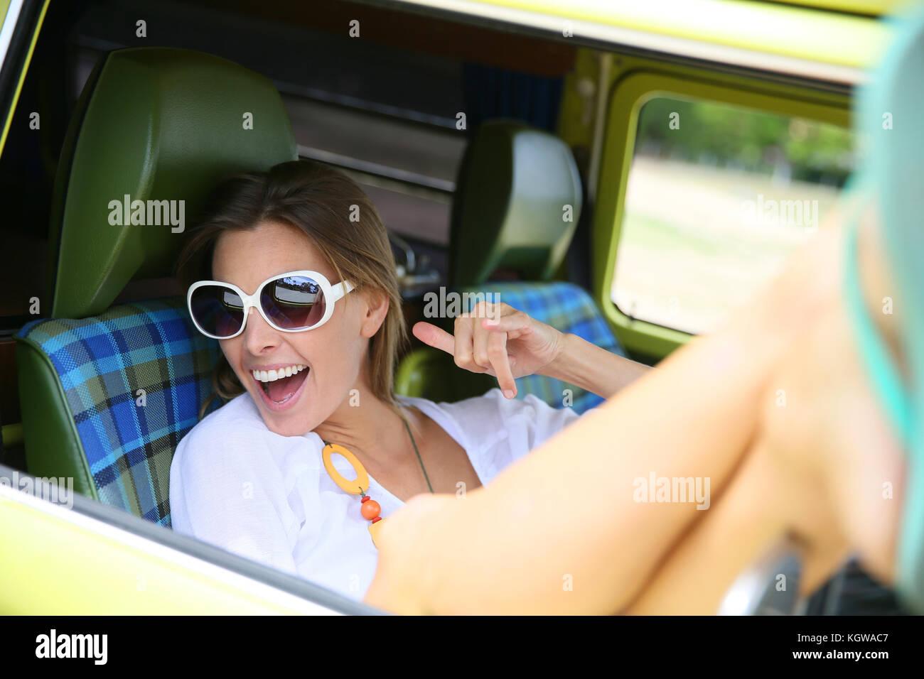 Portrait von hipster girl Entspannen im Wohnmobil Stockbild
