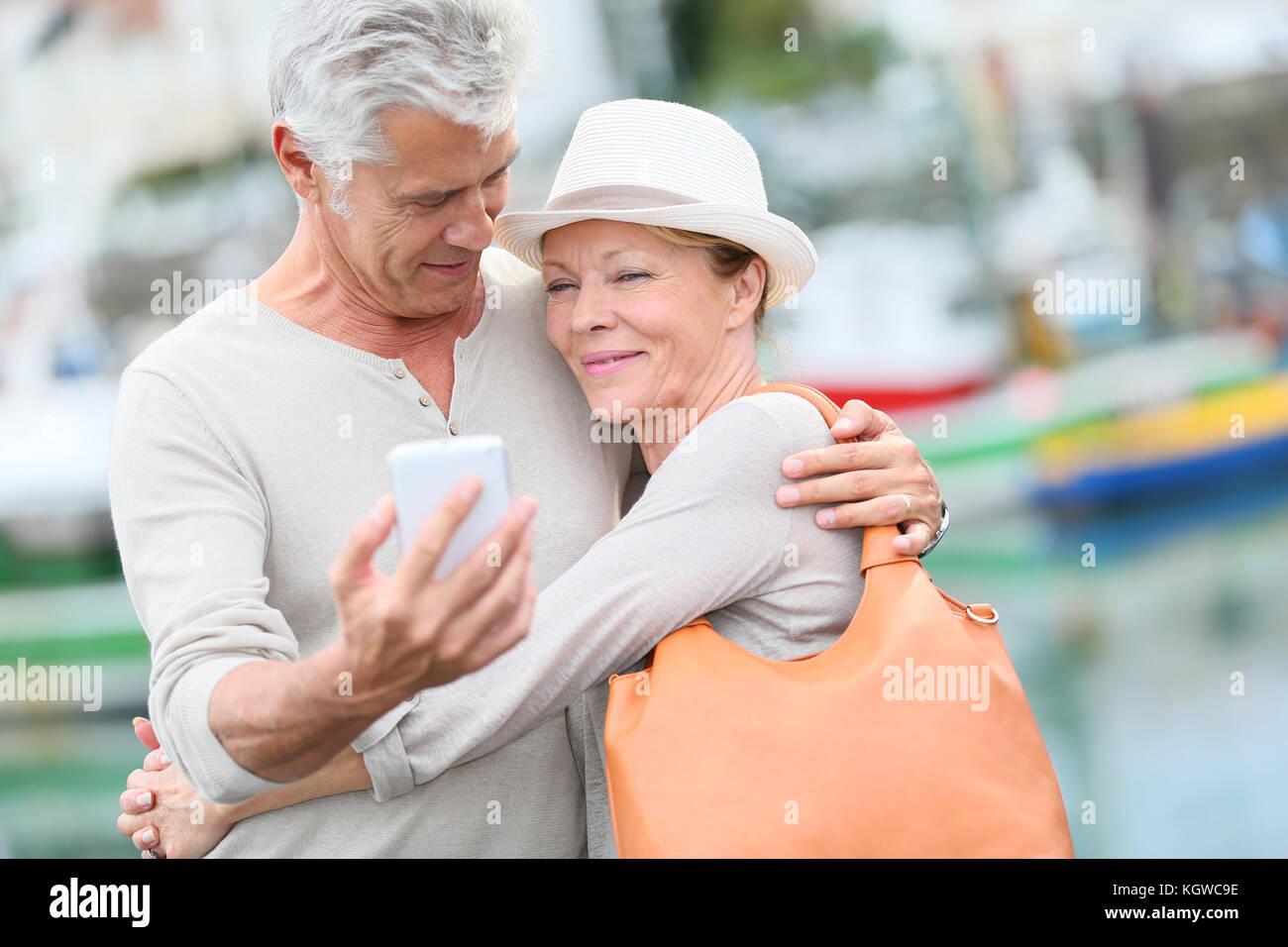 Senior paar Touristen mit Smartphone Stockbild