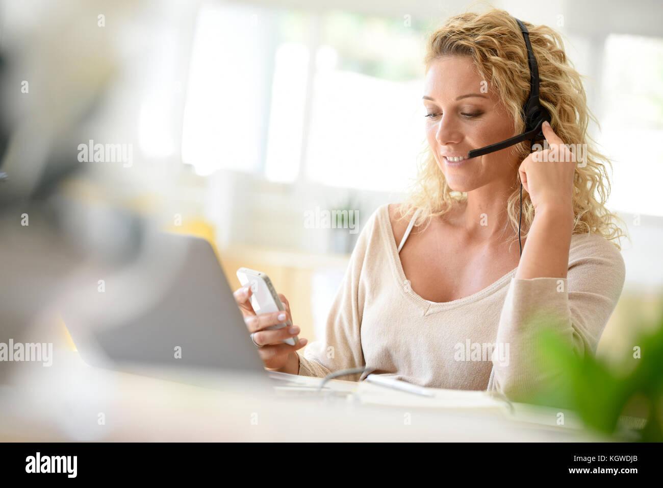Frau von zu Hause aus arbeiten - Büro Stockbild